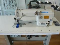 Maquina de costura ponto cadeia Jack 8558WD-1-H 1/4 6.4MM, preparada para aplicar tapa costuras, com motor servo direct drive, bancada e tampo nacional