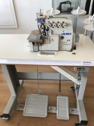 Máquina de costura JUKI MO6814S-BE6-34H/G44/Q143, equipada com motor servo, bancada e tampo nacional