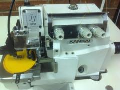 Maquina de costura corte e cose Kansai Special JJ3004 com aplicação para emblemas redondos, com motor servo, tampo e bancada nacional