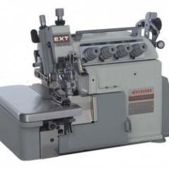 Maquina de costura corte e cose arrasto superior Pegasus  EXT5214-03/333-2X4/Z054/PT, com tampo, bancada e motor servo